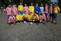 Vítěz kategorie nad 40 let Sokol Letkov (žluté dresy) a Sokol Plzeň-Letná řetí místo (červeno bílé).