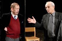 Autor Odcházení a bývalý český prezident Václav Havel navštívil v Plzni začátkem prosince jednu ze zkoušek své nové hry. Průvodcem v plzeňském Velkém divadle mu byl režisér inscenace a ředitel Divadla J. K. Tyla Jan Burian