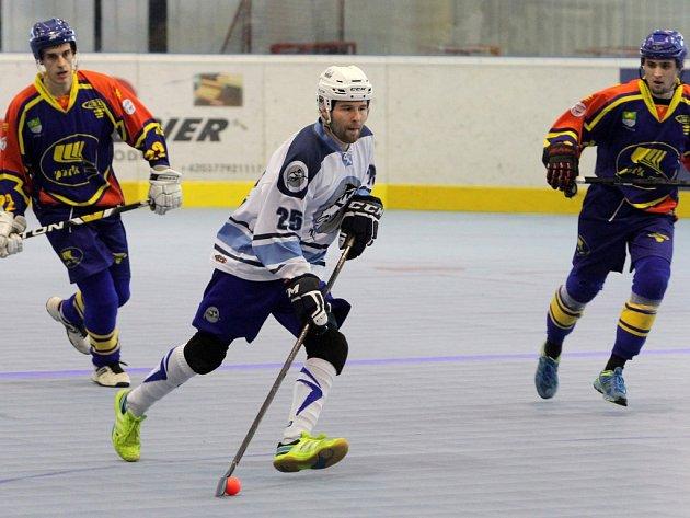 Tři body získali hokejbalisté HBC Plzeň v domácím duelu extraligy s týmem Kert Park Praha. Na snímku rozjíždí akci Plzeňanů obránce Ondřej Krpal (vpravo).
