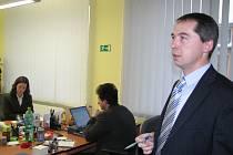 Ředitel pracoviště územního odboru Nejvyššího kontrolního úřadu Plzeň Václav Pouska (vpravo) představuje nové pracoviště NKÚ v Poděbradově ulici v Plzni. NKÚ kontroluje nakládání se státními dotacemi a hospodaření státních institucí.