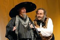 Zaručeně diváky rozesměje nová plzeňská inscenace slavné komické opery Gioacchina Rossiniho Lazebník sevillský (na snímku zleva hostující Aleš Hendrych jako Don Basilio a Dalibor Tolaš v roli doktora Bartola)
