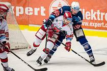 Útočník Jakub Pour (vpravo) bojuje s Michaelem Gasparem z týmu Mountfieldu v utkání, které před deseti dny v Plzni vyhráli hosté z Hradce Králové.