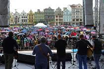 Plzeňská kapela Děda Mládek Illegal Band při sobotním koncertě na náměstí Republiky v Plzni.