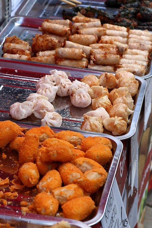 Návštěvníci gastrofestivalu Street Food Plzeň v pivovaru Prazdroj mohli ochutnat ze široké nabídky asijských specialit, čerstvých ryb, šťavnatých burgerů, tradičních pokrmů z dalekých zemí, ale i sladkých dezertů a plzeňského piva.