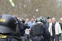 V areálu letiště v Líních nacvičovali těžkooděnci zásah proti demonstrantům i squaterům