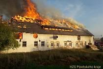 Požár statku v Lipně na severním Plzeňsku, 3. 10. 2021.