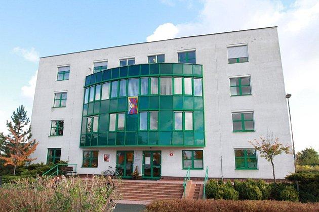 Západočeská univerzita vPlzni před budovou rektorátu vyvěsila vlajku vsymbolický čas za pět minut dvanáct