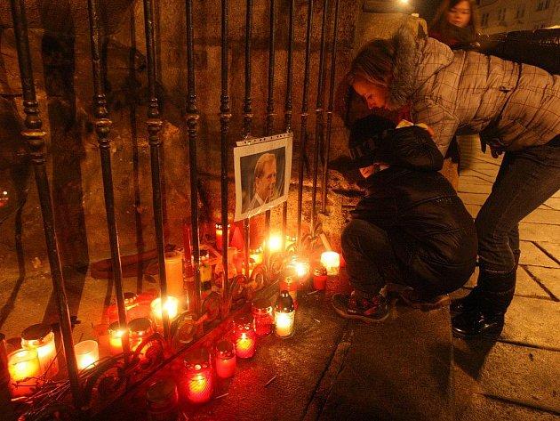 Lidé zapalují svíčky a vzpomínají na Václava Havla u katedrály sv. Bartoloměje v Plzni