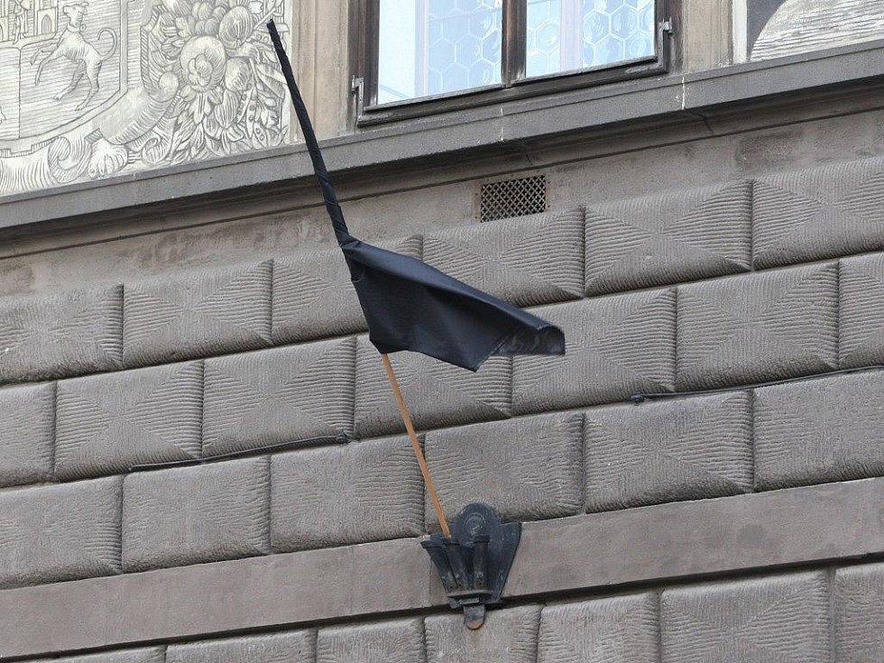 Na plzeňské radnici vyvěsili černou vlajku