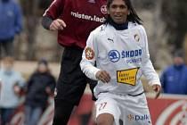 Na snímku z loňského duelu v Norimberku bojují o míč Paolo Rodrigues (v bílém dresu) a Jan Koller