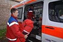 Posádka vozu krajské záchranné služby Jaroslav Dífko (v popředí) a zdravotník Pavel Morava, při návratu z výjezdu.