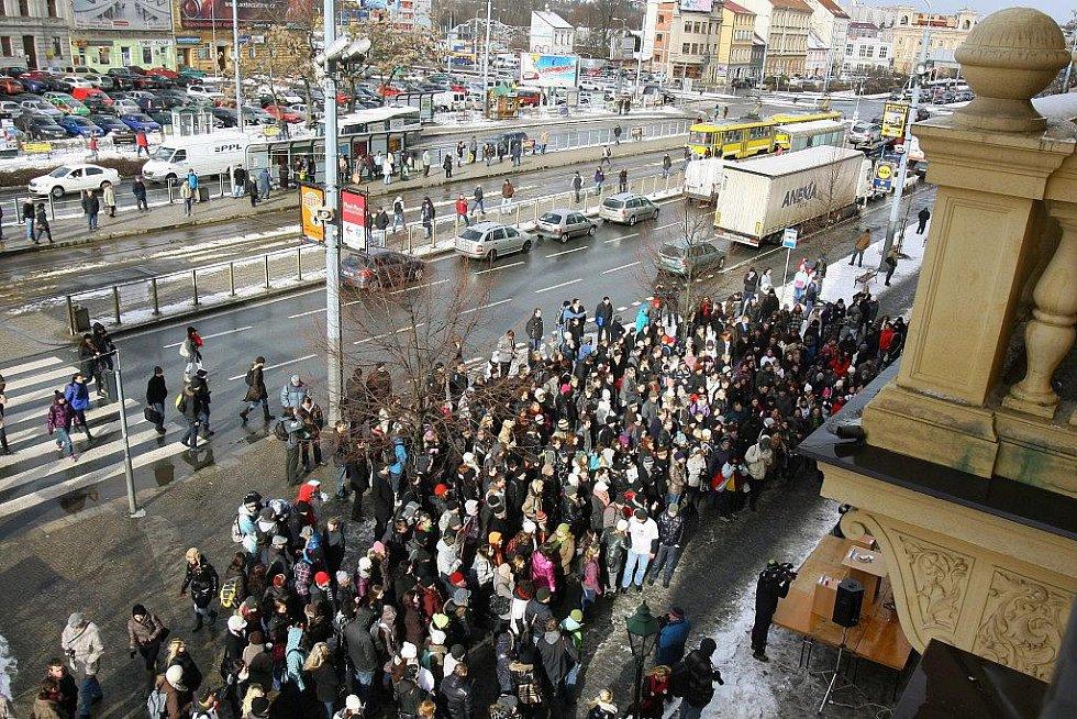 Demonstrace studentů práv v sadech Pětatřicátníků před budovou fakulty
