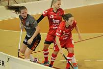 Hráčky florbalové Slavie Plzeň (na snímku vlevo) podlehli domácím Střešovicím (v červených dresech) 4:5.