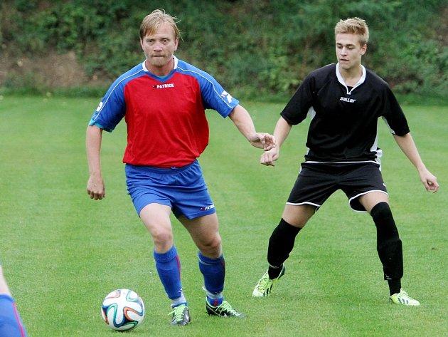 Ústřední postavou fotbalistů  Bukovce při úspěšném tažení za postupem do I. B třídy byl hrající trenér Jaromír Šimr (s míčem)