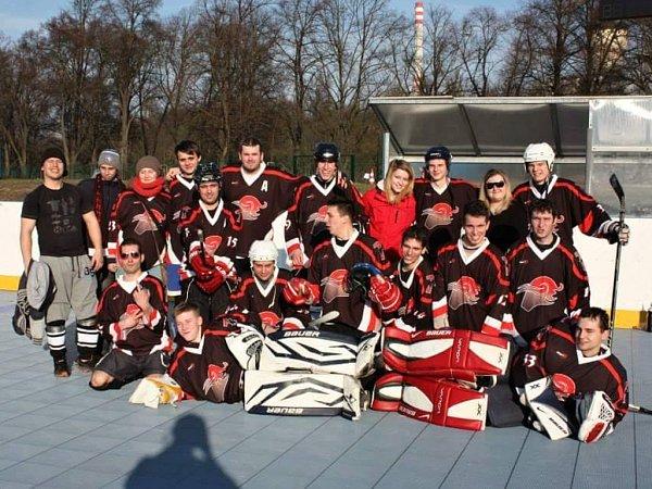 Pořádající tým HBC Taurus Plzeň (na snímku)  nezklamal na prvním ročníku turnaje Zdeňka Mužíka. Zvýhry se radují po dramatickém finále Snus Stars.