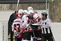 Takto se radovali celkem desetkrát v utkání s mužstvem Kelti Beroun v jarní premiéře hokejbalisté Snacku Dobřany.