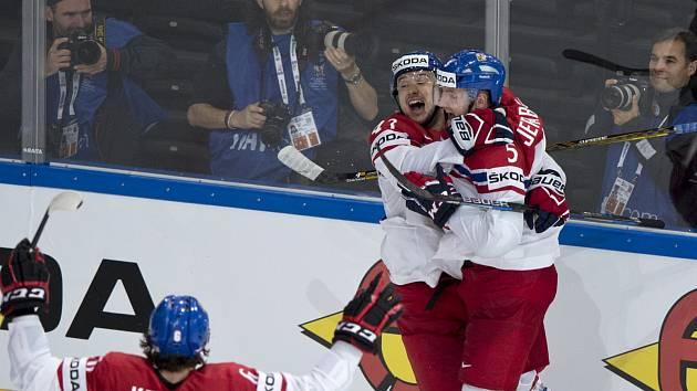 Jan Kovář (vlevo) a Jakub Jeřábek se radují z vyrovnávacího gólu proti Finsku.