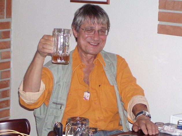 Zpěvák Greenhornů Jan Vyčítal popíjel ve středu pivo v nové plzeňské restauraci Pivovarský dvůr