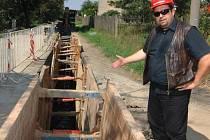 Stavbyvedoucí Josef Hluchý ukazuje část kanalizace, která vzniká v Plzni na Valše.   Větší polovina stavby už je hotová, celý projekt má být ukončen v polovině příštího roku