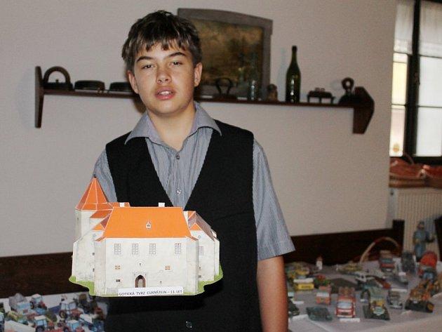 Jakub Bayer z Nečtin vystavuje ve zdejším muzeu sbírku papírových modelů. Na snímku s gotickou tvrzí Cuknštejn