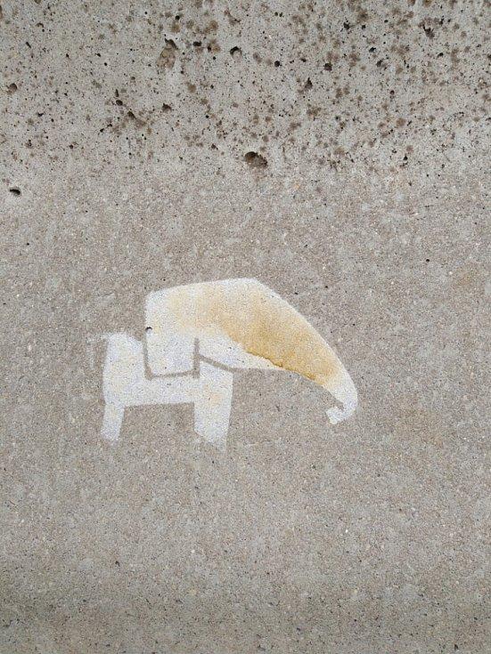 Kudy jít vám mohou napovědět také zlatí a červení sloni, kteří jsou na chodníku, sloupech či přechodu na stezce. Tyto značky jsou vlastně vyplněné obrysy sloní mapy.
