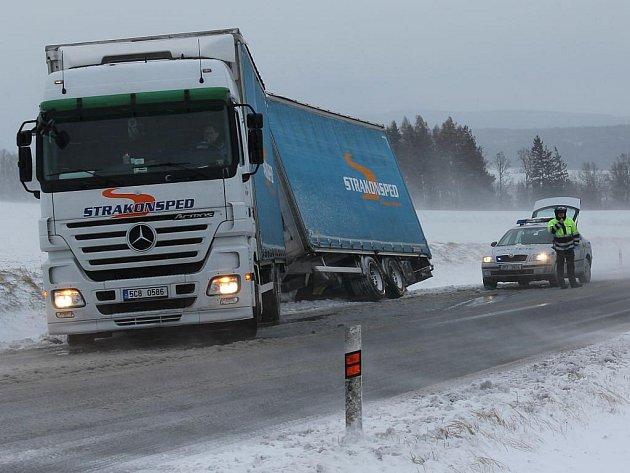 Nákladní automobil s přívěsem ve středu ráno blokoval jeden jízdní pruh v kopci u jihoplzeňského Vlčtejna
