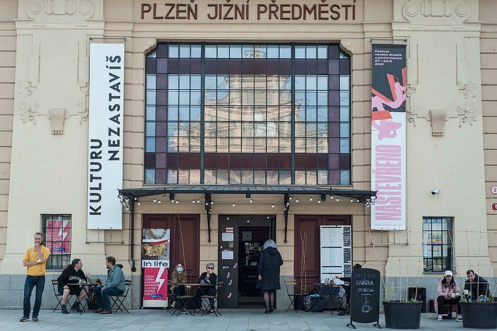 Festival nového divadla a performance.