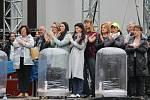Včera za deště se v amfiteatru pilně zkoušelo po taktovkou režiséra Tomáše Pilaře.
