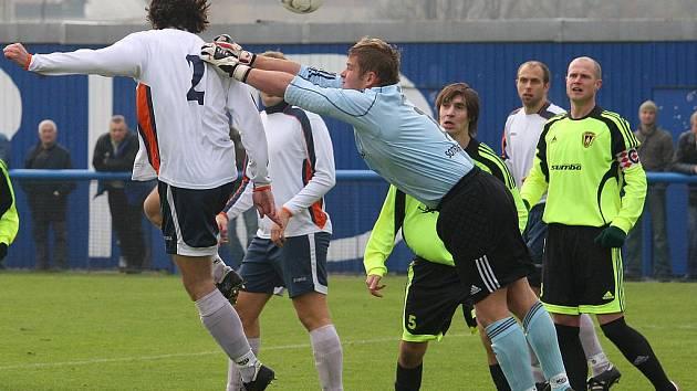 Fotbalisté Rapidu Plzeň (v bílém) zdolali ve 14. kole krajského přeboru hosty ze Stříbra 4:1.