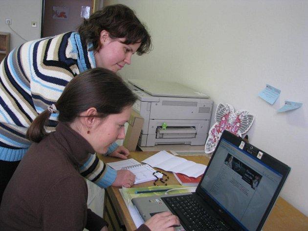 Pracovnice Poradny náhradní rodinné péče (zleva) Daria Tolknerová a Veronika Tomášová rádi přivítají každou  pomoc, která uleví pěstounům