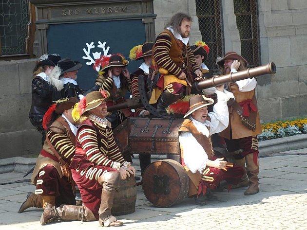 Plzeňské šermířské skupiny předvedly před Západočeským muzeem v Plzni variaci na příběh Cyrana