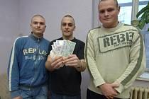 Studenti Martin Klůc, Jiří Vejvančický a Štěpán Havránek (zleva) navrhli darovat výtěžek z maturitního plesu opuštěným dětem