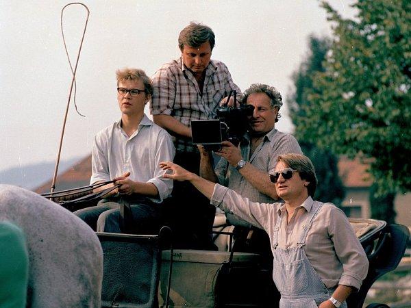 Tomáš Juřička (vlevo) při natáčení první série seriálu Sanitka na počátku osmdesátých let minulého století. Zcela vpravo je Jiří Adamec, který první sérii Sanitky režíroval