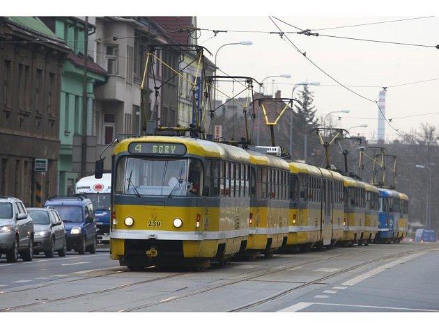 Ve čtvrtek ráno na konečné na Borech vykolejila tramvaj. Za pomocí jeřábu byla ale už za půl hodiny zpátky na kolejích a provoz byl obnoven