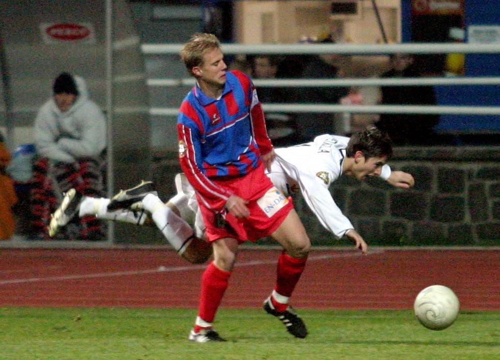 David Limberský při zápase se Slováckem na podzim 2003 v souboji s pozdějším parťákem Milanem Petrželou.