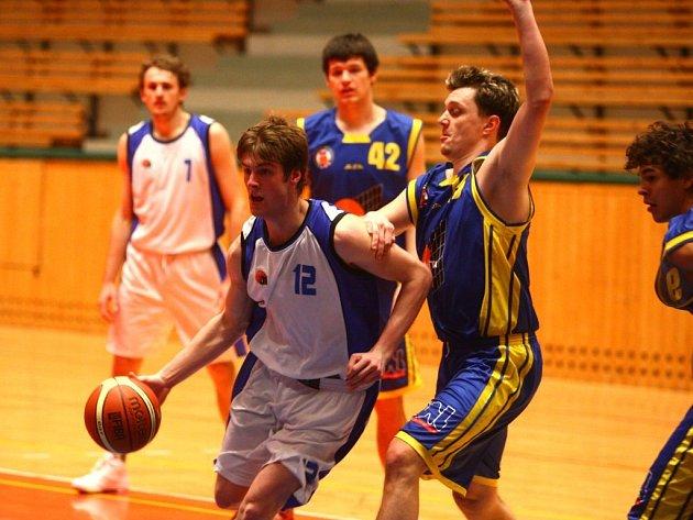 VÝHRA. Basketbalisté Lokomotivy Plzeň (na snímku z pátečního zápasu v bílém) si připsali další vítězství a díky vyššímu počtu odehraných zápasů se drží na nejvyšší příčce prvoligové tabulky.