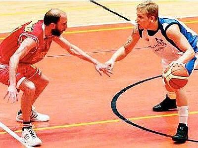 Basketbalisté Lokomotivy Plzeň (vpravo Václav Honomichl) a celku BA Sparta sehrají zítra v hale na Slovanech rozhodující pátou bitvu finálové série I. ligy.