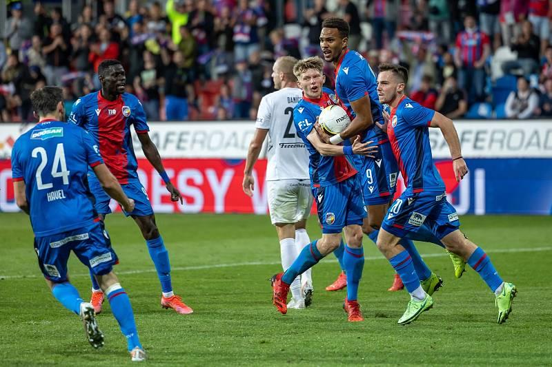 Společně se spoluhráči se Pavel Bucha raduje z vyrovnávací branky Jeana-Davida Beuaguela v ligovém utkání proti Slovácku.