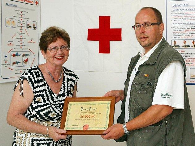 Luboš Hofrajter a předsedkyně oblastního spolku Českého červeného kříže Plzeň–město a Rokycany Ivana Bouchnerová
