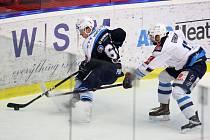 Náročný konec týdne má za sebou hokejista Škody Plzeň Jakub Pour (v modrém dresu). V páteka v sobotu hrál za juniorku a v neděli nastoupil za A tým proti Chomutovu.