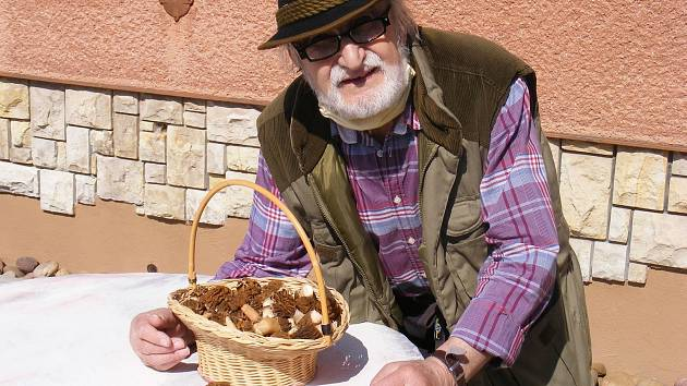 Pan Miroslav Kotzauer z Rochlova našel kilo kačenek.