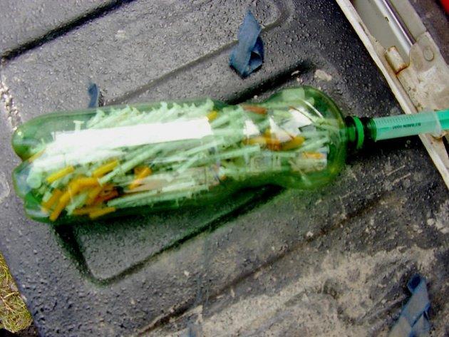 Do pet lahve museli ve čtvrtek sbírat strážníci použité injekční stříkačky, které našli na Doudlevecké ulici nedaleko supermarketu. Bylo jich totiž tolik, že se nevešly do speciálníhio boxu, a tak museli muži zákona improvizovat