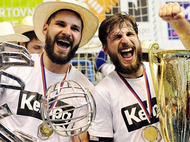 Milan Škvařil (vlevo) se společně se svým bratrem Jakubem raduje z titulu.