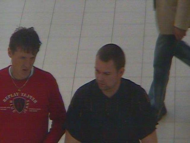 Muži, kteří jsou podezřelí z přelepení kódů, zachytila bezpečnostní kamera