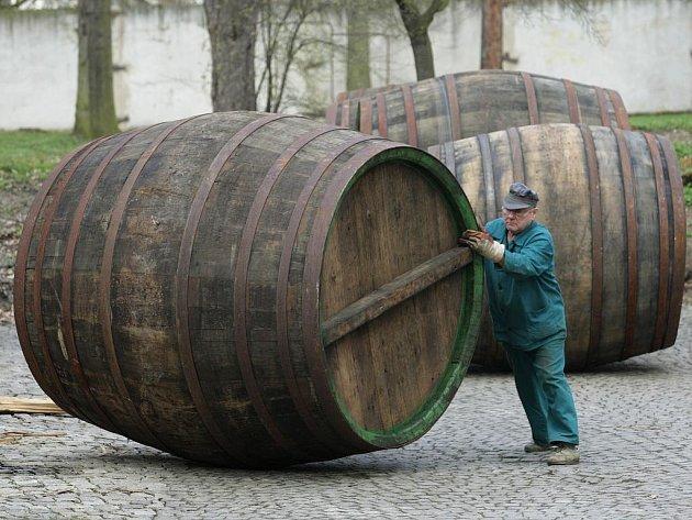 Smolení sudů v plzeňském pivovaru