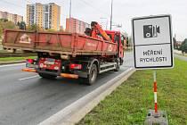 Řidiče upozorňuje na radar na Plaské ulici směrem na Třemošnou a Kralovice cedule. Podle strážníků není cílem vybrat tu co nejvíce pokut, ale omezit rychlost