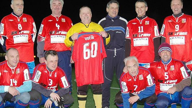 Tým bývalých reprezentantů (většinou absolventi trenérské profilicence UEFA, které školil Jaromír Votík; uprostřed s dresem č. 60).