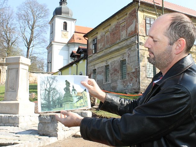 Právě rekonstruovaný vejprnický pomník padlým v první světové válce bude při odhalení 5. května jako nový. Starosta Pavel Karpíšek na našem snímku ukazuje také sochu vojáka, jejíž přesná kopie se na památníku opět usadí