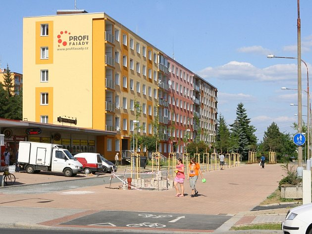 Šimerova ulice  na Borech už má část rekonstrukce za sebou, na další etapy ale ještě čeká. Nově opravené promenády a nově vysazené stromy doplní za několik měsíců i dětské hřiště