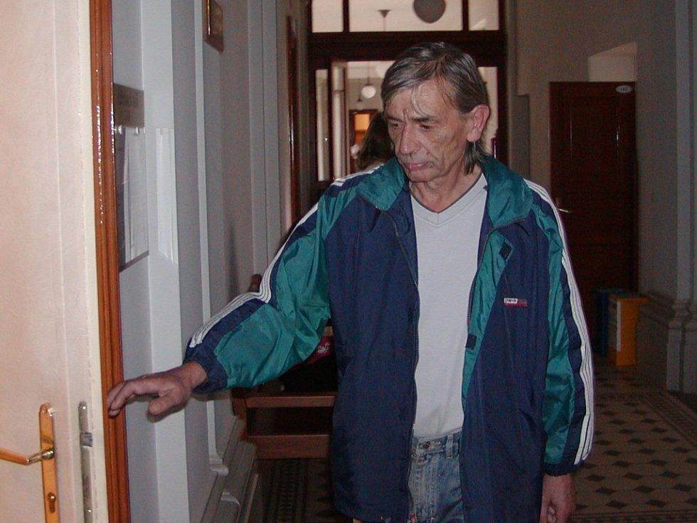 Václav Herejk vstupuje do soudní síně. Když z ní ovšem po půl hodině odcházel, musel se smířit s tím, že půjde na deset let do vězení